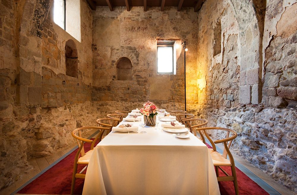 Mercer Hotels restaurante showing exposed old walls and set tables