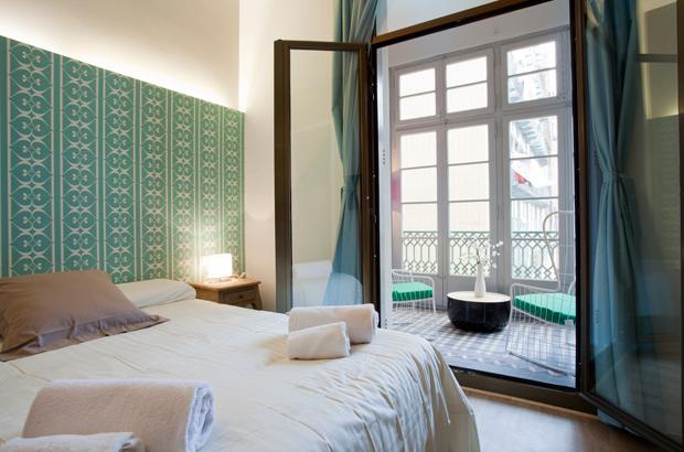Violeta barcelona dobles attic bedroom